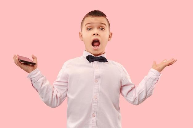 와. 핑크 스튜디오 backgroud에 매력적인 남성 절반 길이 전면 초상화. 젊은 감정적 인 놀된 십 대 소년 오픈 입으로 서. 인간의 감정, 표정 개념. 트렌디 한 색상