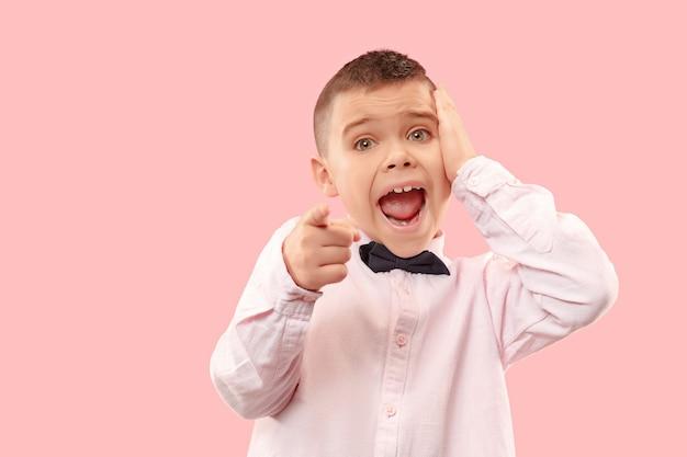 Wow. ritratto frontale a mezzo busto maschio attraente sul backgroud rosa dello studio. giovane ragazzo teenager sorpreso emotivo in piedi con la bocca aperta. emozioni umane, concetto di espressione facciale. colori alla moda