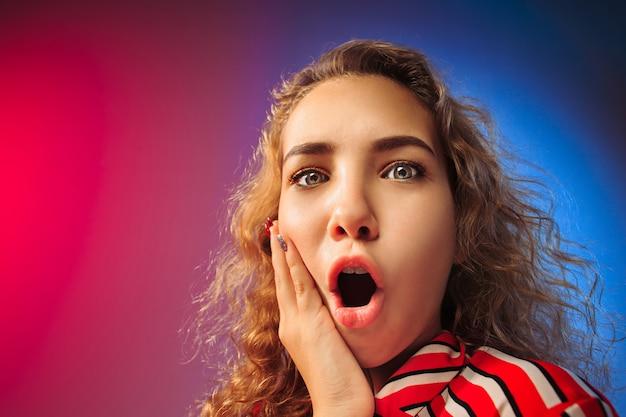 ワオ。赤と青のスタジオで美しい女性のハーフレングスの正面の肖像画