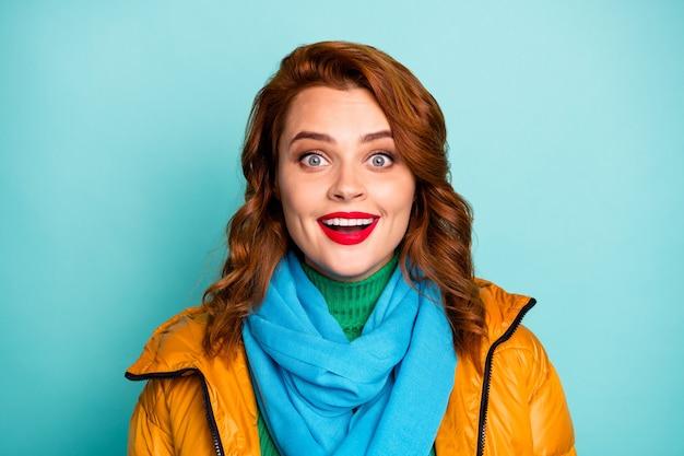 와! 꽤 재미있는 여자 오픈 입의 근접 촬영 초상화 들어 믿을 수없는 좋은 소식 노란색 외투 파란색 스카프 녹색 터틀넥 착용.