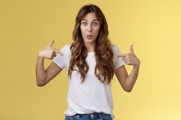 うわー、見てください。感動驚いたかわいい不思議なヨーロッパの女の子指差しセンターコピースペース白いtシャツ折りたたみ唇面白がって驚いた素晴らしいプロモーション絶好のチャンスあなたのカメラを見つめます。