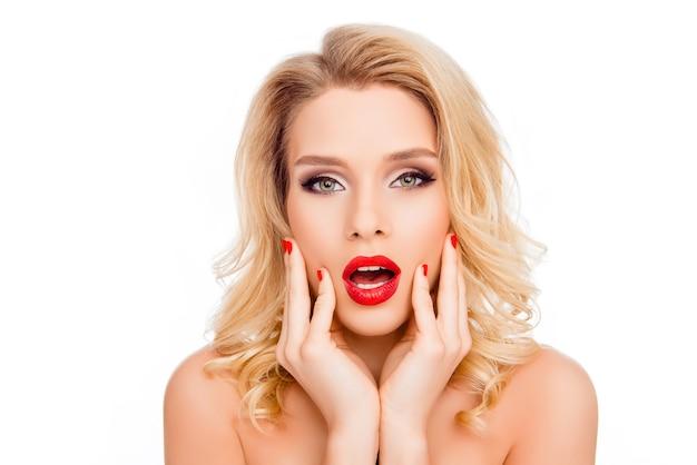 Вау! портрет удивленной красивой молодой блондинки трогательно лицо