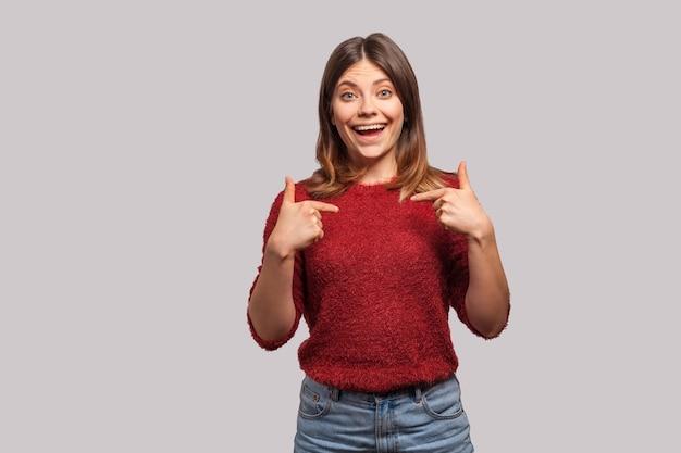 うわー、これは私です!ショックを受けたカメラを見て、自分を指している驚いたブルネットの少女の肖像画