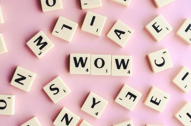 분홍색 배경에 나무 큐브에 와우 단어