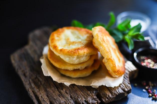 小麦粉と水の家庭料理から平らなパンのトルティーヤを包む