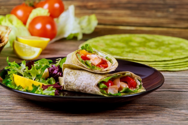 Обертывание с мясом и овощами из шпинатных лепешек.
