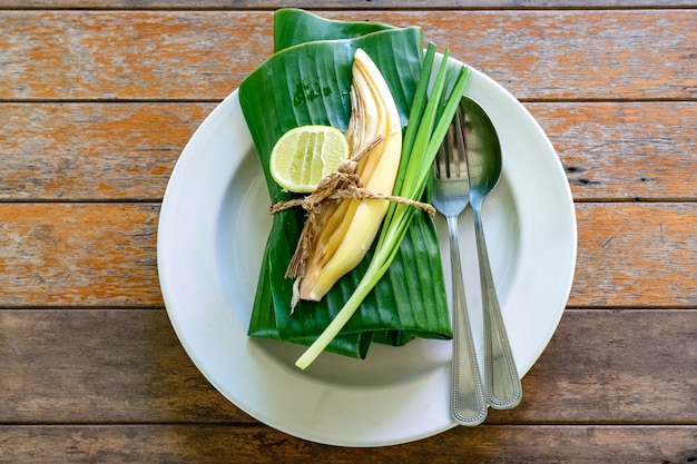 バナナの葉で包んだタイ料理セットカバー。バナナの葉の中には、タイの伝統的なエビ焼きそばのパッタイがあります。