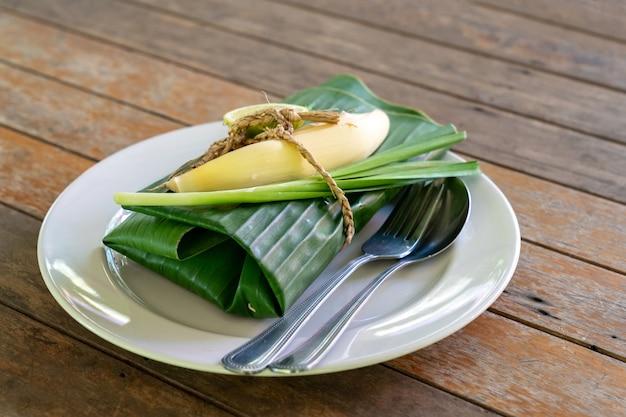 봉사 할 준비가 바나나 잎으로 포장 된 태국 음식 세트 커버. 바나나 잎 안에는 padthai, the traditional of thailand 새우와 함께 튀긴 국수.