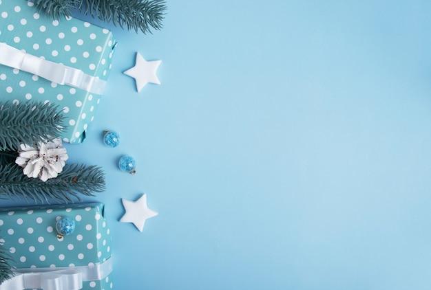 장식과 텍스트를 위한 장소로 포장된 크리스마스와 새해 선물. 크리스마스 배경 평면 위치, 평면도