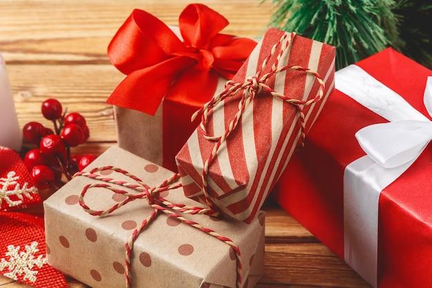 Завернутые рождественские подарочные коробки с лентами на столе