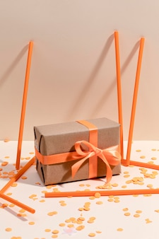 Завернутая подарочная коробка на столе