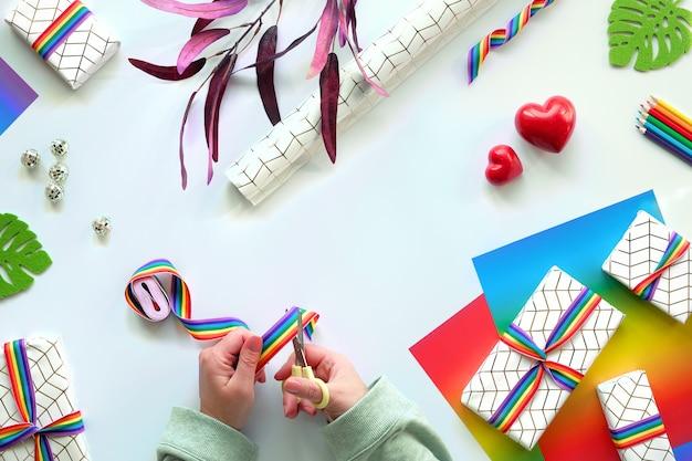 Упакованные подарочные коробки с радужной лентой лгбт