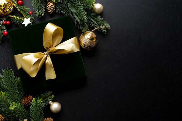 녹색 나비와 어두운 배경에 싸구려 포장 된 선물.