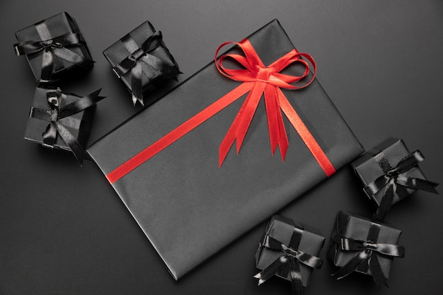 Composizione di regali avvolti su sfondo nero