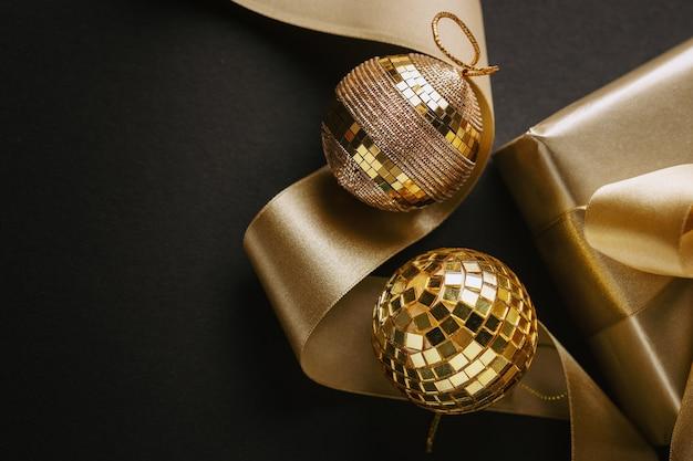 황금 활과 싸구려 블랙에 래핑 된 황금 선물. 플랫 레이.