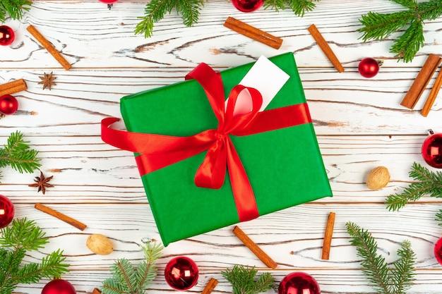 クリスマスの休日の装飾の上面図と木製の背景に包まれたプレゼント