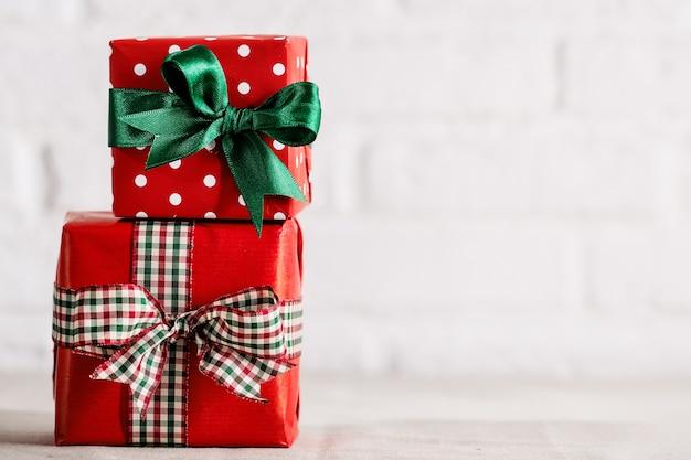 Обернутые подарки на белом фоне