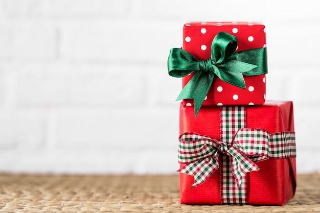 흰색 배경에 포장 된 선물