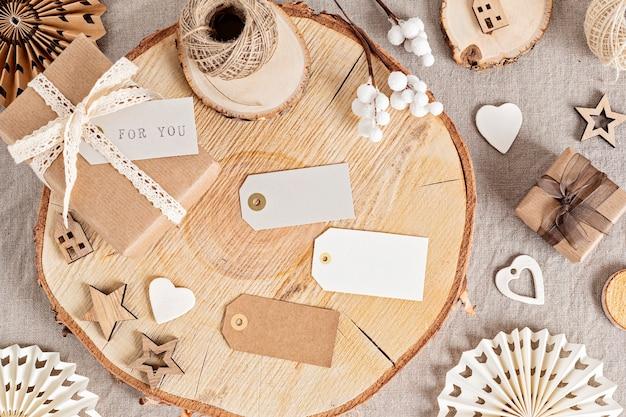 선물 포장 및 중립적 인 색상의 친환경 크리스마스 라벨 및 장식품 만들기. 아니 플라스틱, 제로 폐기물 크리스마스 축하 개념. 평면도, 평면 위치