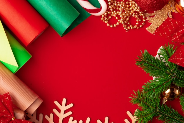 포장지 및 빨간색 배경에 크리스마스 장식 항목