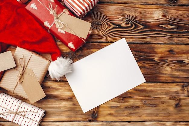 갈색 나무 보드, 평면 평신도, 평면도에 크리스마스 선물 포장지 롤 프리미엄 사진