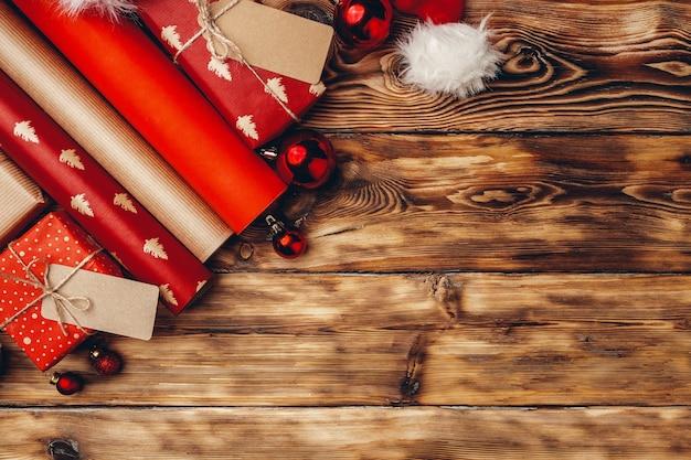 갈색 나무 보드에 크리스마스 선물 포장지 롤 프리미엄 사진