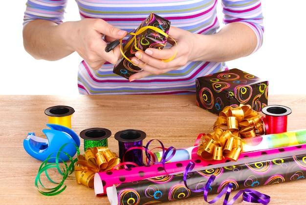 종이, 리본 및 활로 둘러싸인 선물 포장