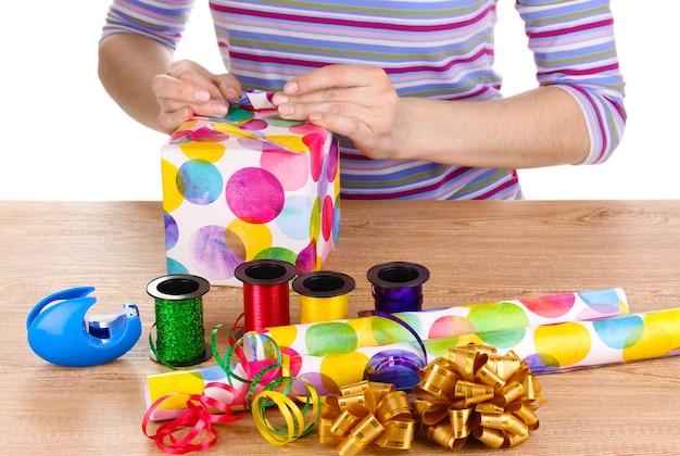 紙、リボン、弓で囲まれたラッピングプレゼント