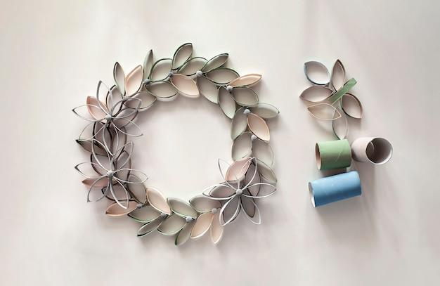 イースターのお祝いのためのトイレットペーパーチューブからの花輪、子供のためのゼロウェイストクラフト、ニュートラルパステル