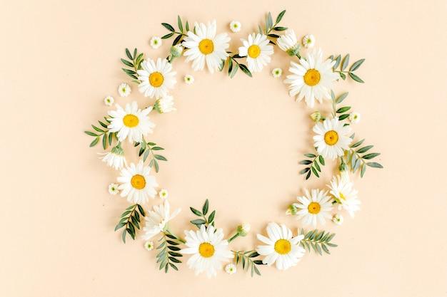 カモミールの花びらと葉で作られた花輪
