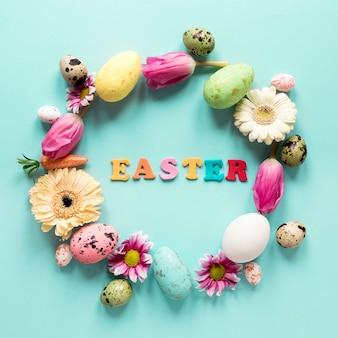 Венок из весенних цветов и пасхальных яиц