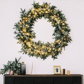 新年とクリスマスの装飾のためのトウヒの花輪白のコピースペースとフレームの花輪 Premium写真