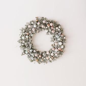 新年とクリスマスの装飾のためのトウヒの花輪白のコピースペースとフレームの花輪