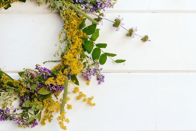 野生の花の花輪。黄色と紫の野の花