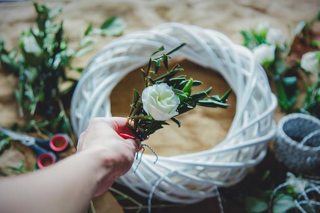 ジュートの表面に白いバラの花輪。飾られた