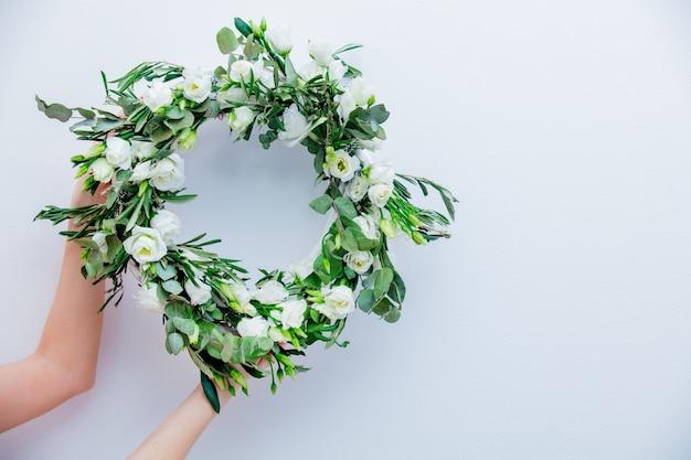 白い背景に白いバラと花輪。飾られた