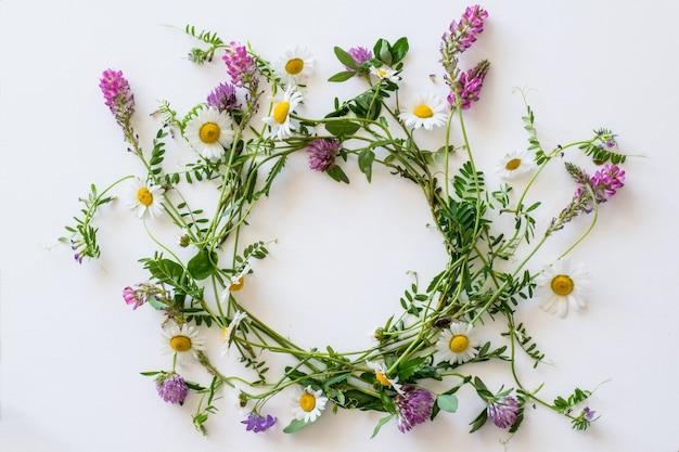ピンクと黄色の畑の花から生まれた花輪