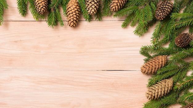Венки и шишки на деревянном фоне.