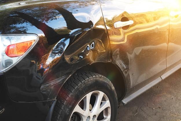 도로에 교통 사고 충돌 후 난파된 자동차. 보험, 고속도로 개념 배경 사진의 안전