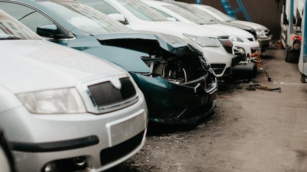 Разбитые автомобили после дорожно-транспортного происшествия. оптовое хранение на аукционе страховых аварийных автомобилей. показывает подержанные, оптовые и аварийные автомобили.