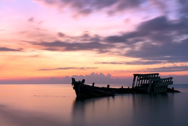 Аварийная рыбацкая лодка