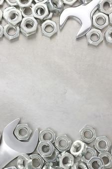 금속 벽 텍스처에 렌치와 너트 도구