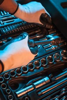 Набор гаечных ключей. ящик для инструментов.
