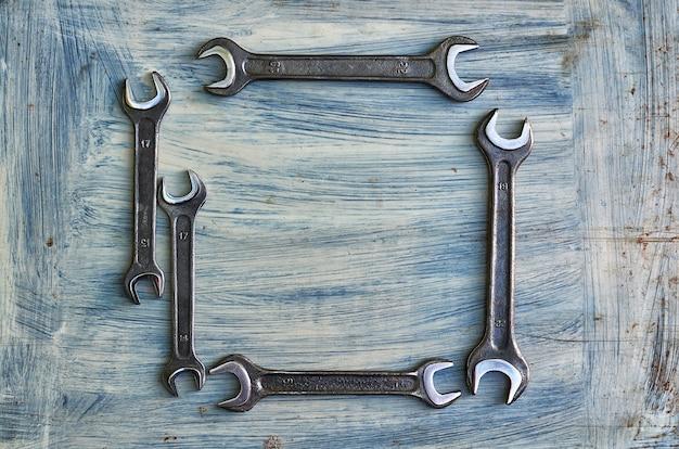 Гаечный ключ на окрашенном металлическом фоне