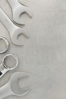 금속 배경에서 렌치 도구