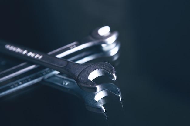 Гаечные ключи на темной поверхности
