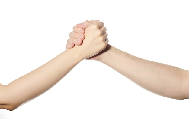 Борьба жест рукопожатия. мужчина и женщина пожимают друг другу руки. приветствие, удачная сделка и символ дружбы. белый изолированный фон