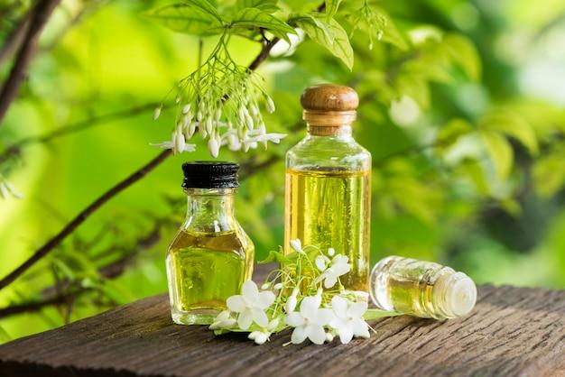 Wrightia religiosa 꽃과 자연에 에센셜 오일.