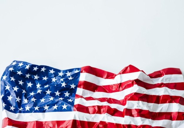 Морщин флаг соединенных штатов америки или сша. сша основаны с 4 июля 1776 года, который называется днем независимости.
