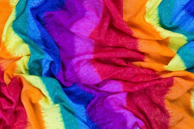 しわの寄った虹のテーブルクロスまたは色とりどりの背景